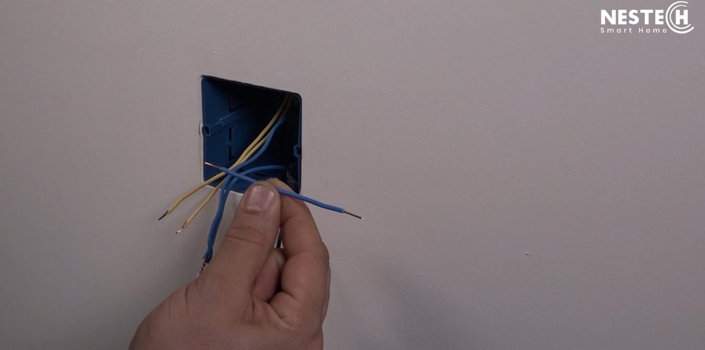 در روند نصب کلید لمسی گاهی ممکن است نیاز به سیم های بلند تری داشته باشید. برای این کار بهتر است سیم ها را از قبل آماده کنید.