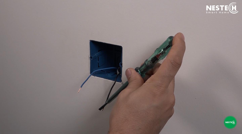 قبل از نصب کلید و پریز روکار باید نوع سیم فاز و نول را به وسیله فازمتر مشخص کنید.