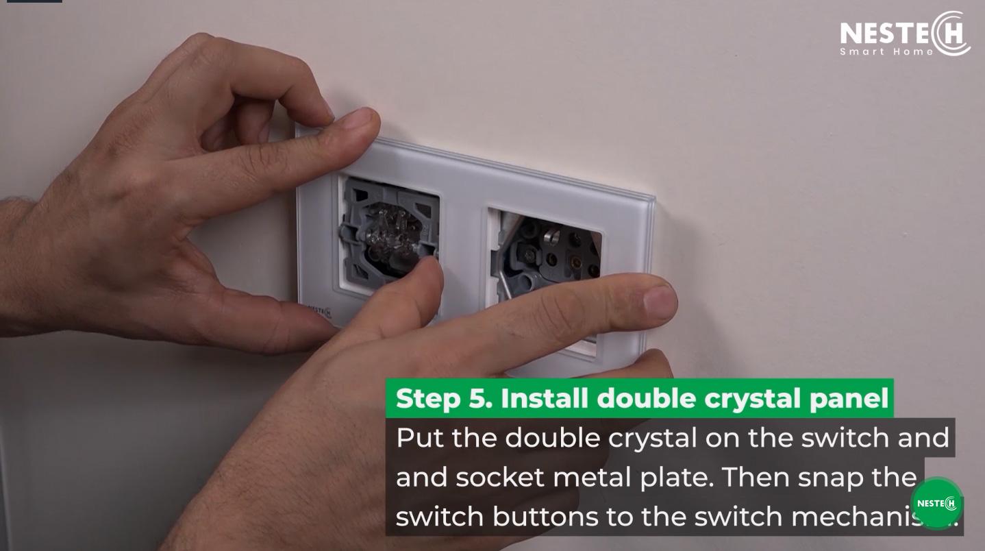 پس از نصب مکانیزم کلید و پریز برق باید کادر مورد نظر را روی مکانیزم قرار دهید و آن را در جای خود محکم کنید.